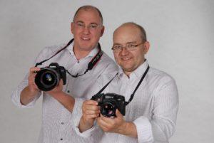 Herbert und Alexander Mrosek mit Ihren Kameras in den Händen; bei sind Trainer bei Fotoschule Blende-16 - Fotokurse Nürnberg.