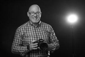 Blende-16 Trainer Alexander Mrosek mit einer Kamera in seinen Händen.