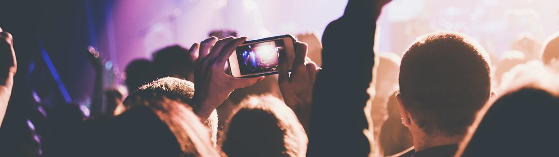 Die Menschenmenge im Konzert ist das Titelbild vom Blende-16 Fotokurs Smartphonefotografie.